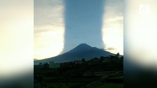 Pemandangan unik terjadi di Gunung Sindoro, cahaya matahari seakan terbelah dua dan terpisah oleh gunung.