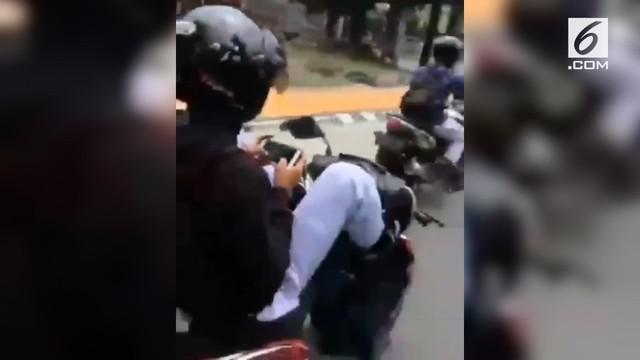 Warganet geram atas aksi seorang pelajar mengendarai motor sambil bermain handphone.