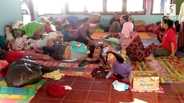 Pengungsi korban tsunami Selat Sunda belum berani kembali ke rumah. Hujan dan  longsong di Banten membuat mereka takut kembali ke rumah