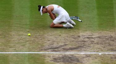 Petenis Spanyol, Garbine Muguruza bereaksi setelah mengalahkan petenis AS Venus Williams pada final turnamen grand slam Wimbledon di London, Sabtu (15/7). Muguruza menang dua set langsung 7-5 6-0 atas Venus. (Facundo Arrizabalaga/Pool Photo via AP)
