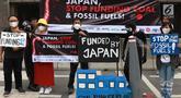 Aktivitis melakukan aksi di depan Kedubes Jepang di Jakarta, Rabu (26/6/2019). Dalam aksinya aktivis lingkungan yang mengatasnamakan Koalisi Untuk Keadilan Energi dan #BersihkanIndonesia meminta Jepang, selaku tuan rumah KTT G20 menunjukan kepemimpinan iklim. (Liputan6.com/Immanuel Antonius)