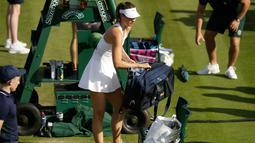 Petenis Rusia Maria Sharapova memasukan raket tenisnya usai pertandingan melawan petenis Prancis, Pauline Parmentier dalam pertandingan tunggal putri di hari kedua Wimbledon Tennis Championships di London, Inggris (2/7/2019). Sharapova harus mengundurkan diri karena cedera. (AP Photo/Tim Irlandia)