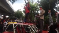 LPSS dan Germak demo di depan KPU Sulsel (Liputan6.com/Fauzan)