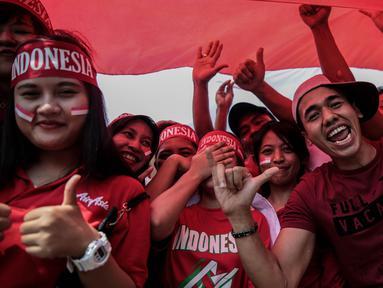 Suporter Garuda Muda memadati Stadion Selayang, Selangor untuk mendukung Timnas Indonesia U-22 melawan Timor Leste di SEA Games 2017, Minggu (20/8). Mereka datang dengan berbagai atribut merah putih dan pernak pernik lainnya. (Liputan6.com/Faizal Fanani)