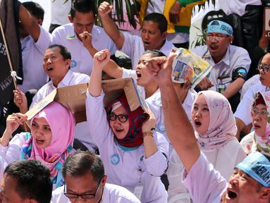 Serikat Pekerja (SP) PD Pasar Jaya menyampaikan orasi saat menggelar unjuk rasa di depan Kantor PD Pasar Jaya, Jakarta, Rabu (2/8). Ratusan pegawai ini melakukan aksi di bawah terik matahari menunggu Direksi PD Pasar Jaya. (Liputan6.com/Angga Yuniar)