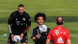 Leroy Sane dan Niklas Suele mengikuti sesi latihan Bayern Munchen di Munich, Jerman (14/7/2020). Munchen mendatangkan Leroy Sane dari Manchester City dengan kontrak berdurasi lima tahun hingga 2025 mendatang, seperti diumumkan oleh klub Bundesliga tersebut pada 3 Juli. (Xinhua/Philippe Ruiz)