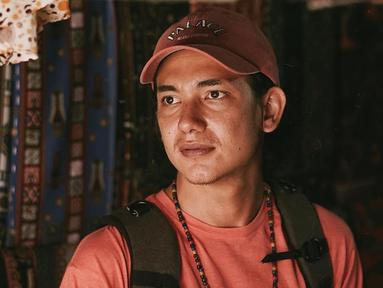 Pemilik nama asli Adipati Koesmadji ini memang dikenal punya gaya busana yang kekinian. Di berbagai kesempatan, ia kerap tampil dengan gaya kasual dan mengenakan topi. Penampilannya pun terlihat makin trendi. (Liputan6.com/IG/@adipati)
