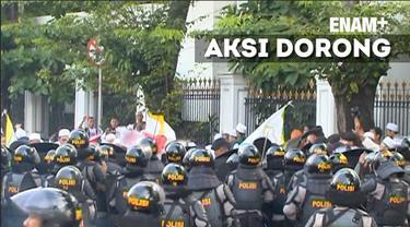 Aksi dorong antara massa dengan polisi di Jalan Veteran  nyaris berujung bentrok. Namun, polisi berhasil mengatasinya