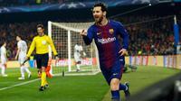 Pemain Barcelona, Lionel Messi merayakan golnya ke gawang Chelsea pada leg kedua babak 16 besar Liga Champions 2017-2018 di Stadion Camp Nou, Rabu (14/3). Messi mencetak dua gol dan satu assist pada laga itu kepada Ousmane Dembele. (AP/Manu Fernandez)
