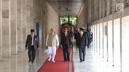 Presiden Joko Widodo dan PM India Narendra Modi berjalan di Masjid Istiqlal, Jakarta, Rabu (30/5). Kunjungan membahas kerja sama antara kedua negara serta untuk menyambut 70 tahun hubungan diplomatik Indonesia-India. (Liputan6.com/Angga Yuniar)