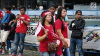 Sejumlah suporter wanita melukis pipinya dengan gambar bendera Merah Putih jelang semifinal SEA Games 2017 di Stadion Sham Alam Selangor, Malaysia, Sabtu (26/8). Timnas Indonesia U-22 bakal berlaga melawan Malaysia. (Liputan6.com/Faizal Fanani)