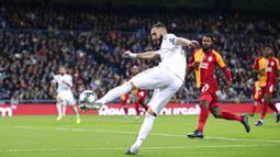 Striker Real Madrid, Karim Benzema, melepaskan tendangan ke gawang Galatasaray pada laga Liga Champions di Stadion Santiago Bernabeu, Rabu (6/11). Real Madrid menang 6-0 atas Galatasaray. (AP/Manu Fernandez)