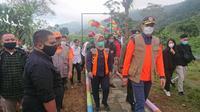 Penanaman 10 ribu pohon di hulu DAS 0 Km Ciliwung, tepatnya di Telaga Saat, Puncak, Cisarua, Kabupaten Bogor, Jawa Barat, dilakukan secara simbolis oleh Kepala BNPB Letjen TNI Doni Monardo, Selasa (20/10/2020). (Liputan6.com/Achmad Sudarno)