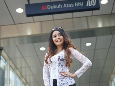 Seorang wanita yang tergabung dalam Gerakan Nasional #SelasaBerkebaya melakukan kampanye berkebaya di Stasiun MRT Dukuh Atas, Jakarta, Selasa (25/6/2019). Kegiatan kampanye tersebut untuk mengembalikan jati diri bangsa Indonesia dengan berkebaya di setiap hari Selasa(Www.sulawesita.com)