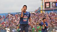 Dendi Santoso saat laga Arema FC kontra Kalteng Putra di Stadion Kanjuruhan, Malang, Minggu (1/12/2019). (Bola.com/Iwan Setiawan)