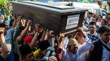 Sejumlah keluarga dan kerabat mengangkat jenazah korban jatuhnya pesawat Lion Air JT 610 Jannatun Cintya Dewi saat tiba di kediaman kawasan Sukodono, Sidoarjo, Jawa Timur, Kamis (1/11). (JUNI KRISWANTO / AFP)