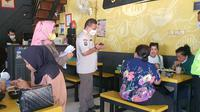 Satpol PP Kota Depok melakukan sidak di rumah makan pada penerapan PPKM Level 4. (Liputan6.com/Dicky Agung Prihanto)