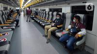 Penumpang Kereta Bandara Premium menanti keberangkatan di Stasiun Manggarai, Jakarta, Sabtu (3/4/2021). Harga tiket Kereta Bandara Premium lebih murah dari kelas eksekutif yang dipatok Rp 70 ribu. (merdeka.com/Imam Buhori)
