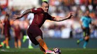 Gelandang AS Roma, Radja Nainggolan, bersiap mengirim umpan saat melawan Atalanta pada laga Serie A di Stadion Olimpico, Roma, Sabtu (15/4/2017). (AFP/Filippo Monteforte)