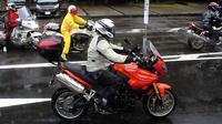 Pengendara sepeda motor mengenakan helm Shoei. (Otosia.com)