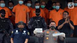 Kapolda Metro Jaya Irjen Pol Fadil Imran menunjukkan barang bukti saat rilis kasus pungli terhadap sopir truk kontainer Tanjung Priok di Polda Metro Jaya, Jakarta, Kamis (17/6/2021). Para preman pungli kepada ratusan sopir truk kontainer dengan total keuntungan Rp 177 juta. (merdeka.com/Imam Buhori)