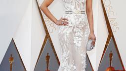 Aktris Priyanka Chopra tampil sangat elegan dan cantik di red carpet Oscar 2016 dalam balutan gaun strapless transparan berwarna putih rancangan Zuhair Murad di Hollywood & Highland Center, Hollywood, California, Minggu (28/2). (REUTERS/Lucy Nicholson)