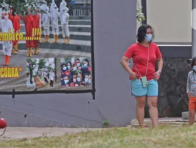 Pasien berstatus OTG (Orang Tanpa Gejala) bersama anaknya berjemur di RSDC Wisma Atlet, Jakarta, Selasa (26/1/2021). Data Satgas Covid-19 per Selasa (26/1) mencatat kasus COVID-19 di Indonesia bertambah 13.094 sehingga total menyentuh satu juta, tepatnya 1.012.350. (Liputan6.com/Herman Zakharia)