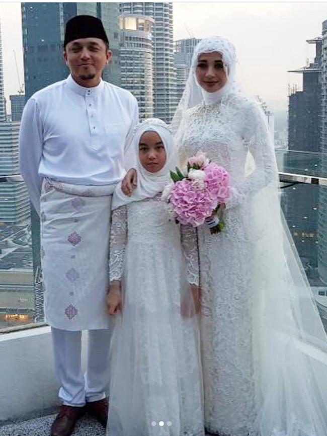 Video saat Engku Emran mengucapkan ijab kabul di unggah oleh penyanyi senior Melly Goeslaw. Pernikahan keduanya berlangsung khidmat dengan mas kawin 300 RM. (Instagram/officialhlive)