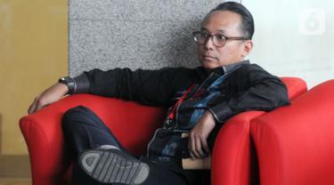 Anggota DPR dari Fraksi PDIP Junico Siahaan alias Nico Siahaan menunggu pemeriksaan penyidik KPK di Jakarta, Selasa (29/10/2019). Nico Siahaan diperiksa dalam penyidikan kasus Tindak Pidana Pencucian Uang (TPPU) dengan tersangka mantan Bupati Cirebon, Sunjaya Purwadisastra. (merdeka.com/Dwi Narwoko)