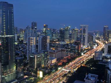 Sejumlah kendaraan terjebak kemacetan di Tol Dalam Kota kawasan Gatot Subroto, Jakarta, Jumat (9/9). Jelang libur panjang Idul Adha, volume kendaraan di tol dalam kota dan lingkar luar Jakarta mulai meningkat. (Liputan6.com/Gempur M Surya)