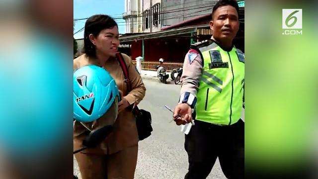 Viral video emak-emak yang tidak terima saat ditilang polisi karena tidak membawa STNK. Ia merasa perlakuan polisi kepadanya merupakan tindakan yang tidak adil.
