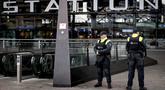 Aparat kepolisian berjaga di pintu masuk sebuah stasiun di Rotterdam, Senin (18/3). Pihak keamanan di Belanda meningkatkan keamanan di bandara dan bangunan penting lainnya usai penembakan di Utrecht yang menewaskan 3 orang.  (KOEN VAN WEEL/ANP/AFP)