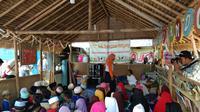 Kegiatan mendongeng yang dilakukan di pengungsian dusun Jelateng, Lombok, Nusa Tenggara Barat pada Sabtu (17/11/2018) (Liputan6.com/Giovani Dio Prasasti)
