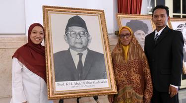 Keluarga KH Abdul Kahar Mudzakkir menerima penghargaan sebagai pahlawan nasional dari Presiden Jokowi. (Setpres/Biro Pers)