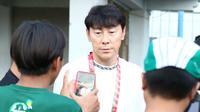 Shin Tae-yong, pelatih-manajer Timnas Indonesia di Stadion Gelora Bangkalan, Bangkalan (12/2/2020). (Bola.com/Aditya Wany)