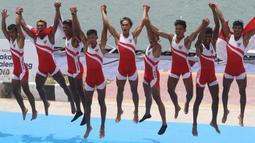 Tim dayung Indonesia melakukan selebrasi usai meraih medali emas pada Asian Games di JSC Lake Jakabaring, Sumatera Selatan, Jumat (24/8/2018). Tim dayung persembahkan emas ke sembilan untuk Indonesia. ANTARA FOTO/INASGOC/Rahmad Suryadi/nym/18