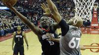 Clint Capela (Kiri) melakukan lay-up saat Rockets mengalahkan Timberwolves pada gim kedua play-off NBA (AP)