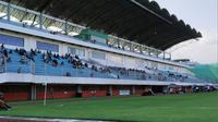 Suasana tribune penonton saat partai pembuka Liga 1 Putri 2019 antara PSS Sleman melawan PS Tira di Stadion Maguwoharjo, Sleman, Sabtu (5/10/2019). (Bola.com/Vincentius Atmaja)