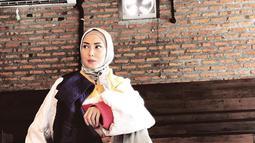 Istri Arie Untung, Fenita Arie saat berpose dengan mengenakan hijab. Keputusan Fenita memakai hijab mendapat beragam komentar dari warga dunia maya. (Instagram/fenitarie)