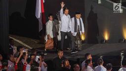 Presiden RI terpilih 2019-2014, Joko Widodo bersama Wakil Presiden terpilih, KH Ma'ruf Amin bersama istri menyapa pendukungnya jelang menyampaikan pidato Visi Indonesia di SICC, Sentul, Kab Bogor, Jawa Barat, Minggu (14/7/2019). (Liputan6.com/Helmi Fithriansyah)