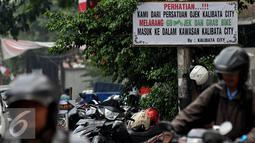 Persatuan Ojek Kalibata City sepakat melarang Go-Jek dan Grab Bike masuk ke dalam kawasan, Jakarta, Rabu (8/7/2015). Papan laranganpun dipasang sebagai bentuk penolakan. (Liputan6.com/JohanTallo)