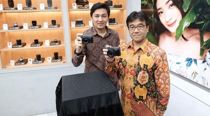Mr Kawakubo dan Mr Johanes Rampi with camera X-A5 Dark Silver. Liputan6.com/ Dian Kurniawan