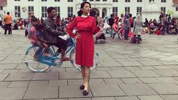 Wanita yang akrab disapa Setia ini pernah membagikan beberapa gaya femininnya di akun Instagram-nya. Setia tidak kalah cantik dan memesona saat mengenakan dres merah ini. Ditambah dengan polesan lipstik merah dan rambut yang diikat, membuat dirinya nampak terlihat anggun. (Liputan6.com/IG/@tigawat)