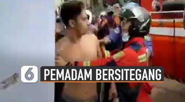 Beredar video keributan antara masyarakat setempat dan petugas pemadam kebakaran.