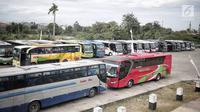 Sejumlah bus terparkir di Terminal terpadu tipe A Pondok Cabe di Pamulang, Tangerang Selatan, Senin (31/12). Mulai 31 Desember ,  terminal yang memiliki luas keseluruhan mencapai 25.995 m2 tersebut resmi beroperasi. (Liputan6.com/Faizal Fanani)