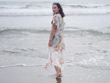 Gaya Santai Pamela Bowie di Pantai