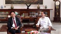 Presiden Joko Widodo berbincang dengan pakar hukum tata negara, Yusril Ihza Mahendra di Istana Kepresidenan Bogor, Jawa Barat, Jumat (30/11). Yusril diterima di ruang kerja Presiden sekira pukul 11.25 WIB. (Liputan6.com/HO/Biropers)