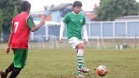 Adam Alis pemain yang bernaung pada Muli Sport Grup menjadi salah satu incaran Klub Barito Putra. (Bola.com/Nicklas Hanoatubun)