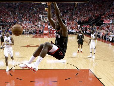 Aksi pemain Houston Rockets, Clint Capela melakukan dunks saat melawan Golden State Warriors pada gim kelima final NBA basketball Wilayah Barat di Toyota Center, Houston, (24/5/2018). Houston menang 98-94. (AP/David J. Phillip)