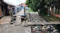 Kondisi Sungai Tawar Palembang yang tertutupi lautan sampah warga (Liputan6.com / Nefri Inge)